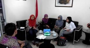 Suasana diskusi bersama Direktur Kerjasama Bilateral BKPM (18/02/15), Bapak Fritz Horas Silalahi (pojok kiri), membahas mengenai progress review BITs di Indonesia. Hadir dalam diskusi tersebut (Ka-Ki) Rika Febriani (IGJ), Hexa (Kruha), Lutfiyah Hanim (TWN), dan Rachmi Hertanti (IGJ).