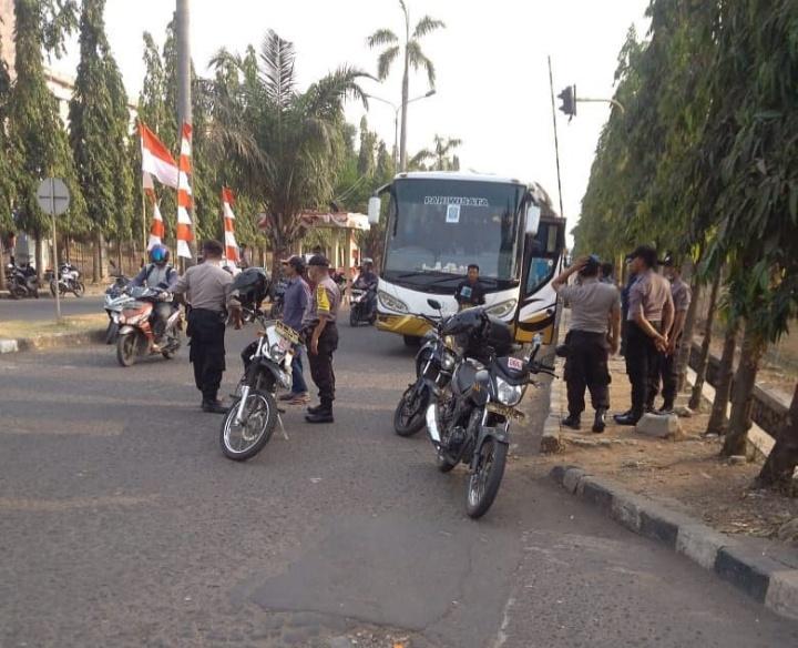 Polisi dan TNI Adang Massa Aksi GEBRAK Menuju Gedung DPR/MPR